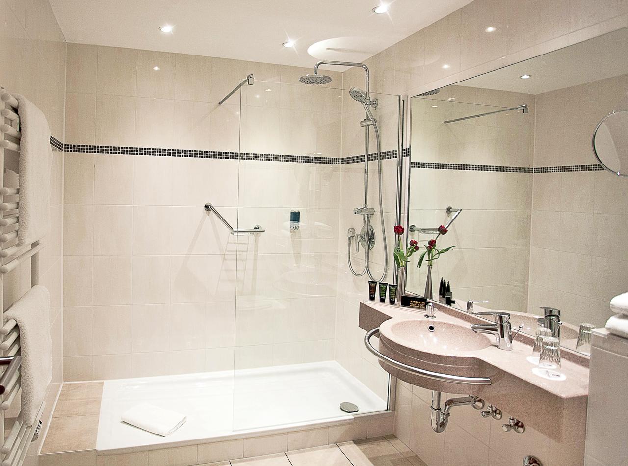 Hotel Panorama Badezimmer mit großer Dusche