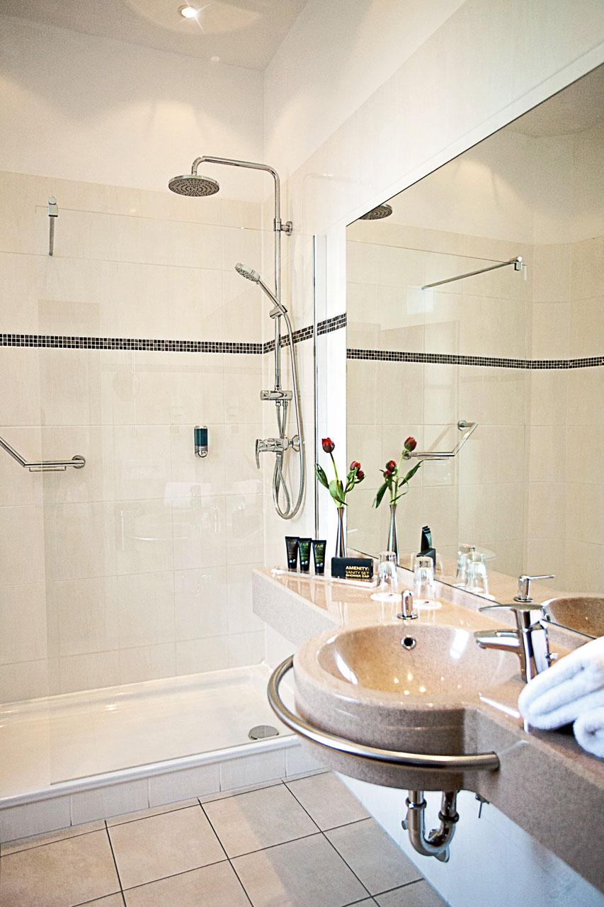 Hotel Panorama Badezimmer mit begehbarer Dusche
