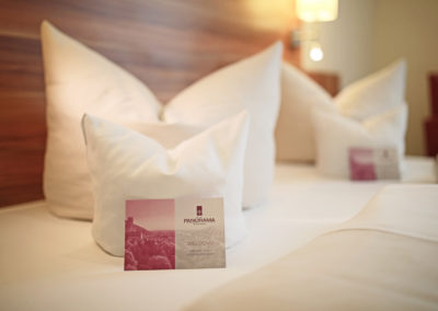 Doppelbett mit Begrüßungskarten